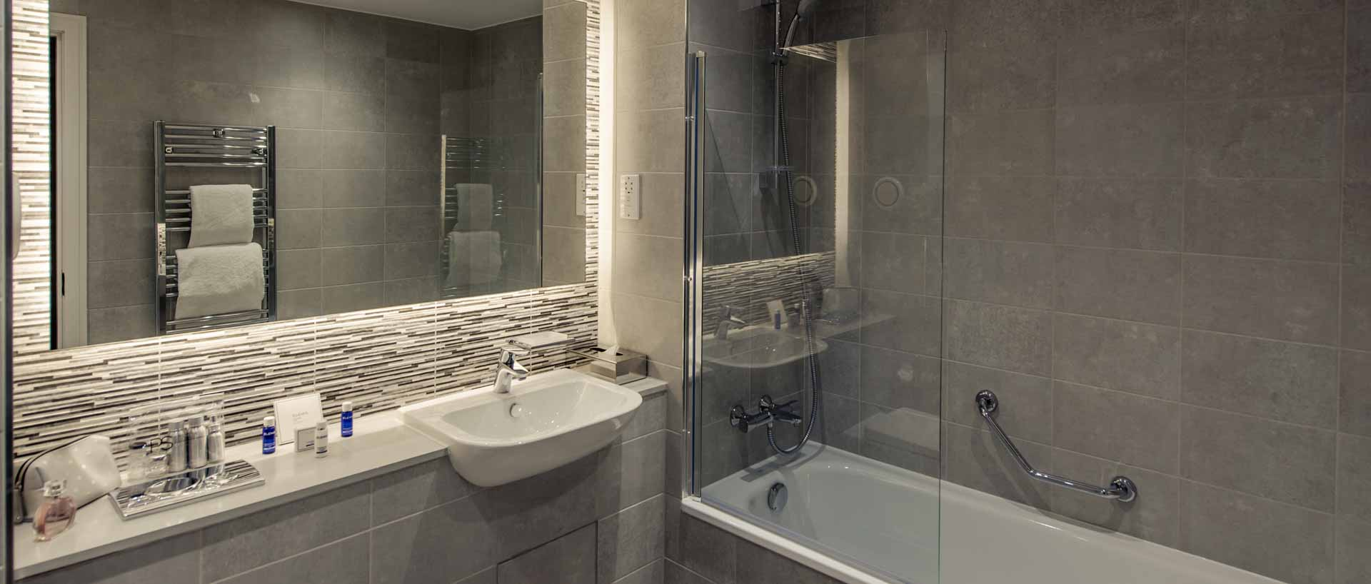 PREMIER SUITES PLUS Glasgow Bath Street one bedroom bathroom